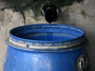 蓋を取った雨水タンク