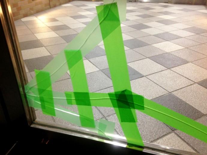 割れて応急処置されたガラス
