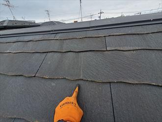 野田市岡田で行った屋根調査で多数のひび割れを発見