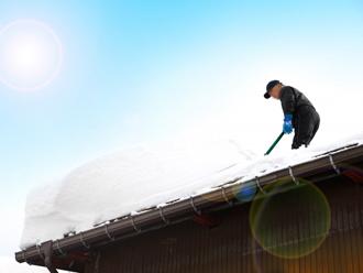危険な屋根からの雪下ろし