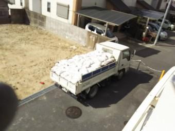 土葺きからの屋根葺き替え工事 トラックいっぱいに積まれた土葺きに使われていた土
