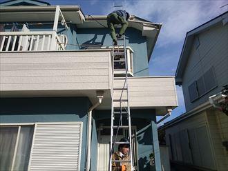 梯子をのぼって屋根へ