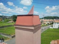 四街道市で台風の影響により捲れた、屋根飾り煙突の板金交換工事ビフォー