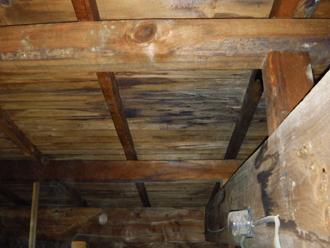 雨漏りしている天井裏