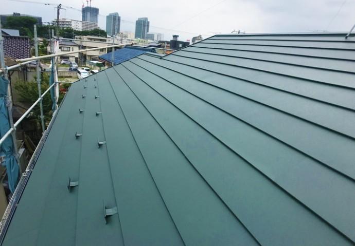 スーパーガルテクトSシェイドモスグリーンを使用した屋根カバー工事が完工