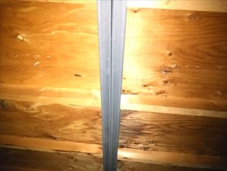 君津市の雨漏り換気用煙突の防水紙貼りの施工不良