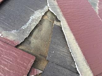 スレート屋根が割れてしまっていて防水紙が剥き出し