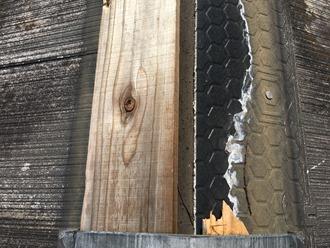 棟板金の飛散、棟板金交換工事が必要です。