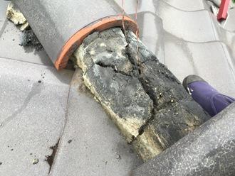 棟瓦のズレ、漆喰が割れています