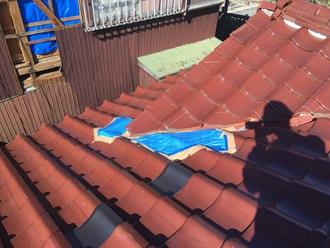 瓦屋根にブルーシートで養生