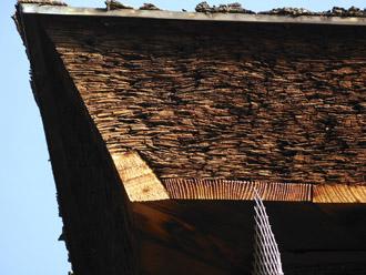桧皮葺の屋根