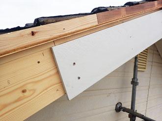 塗装した破風板の設置
