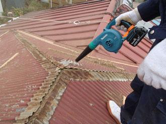 棟板金を撤去後、掃除をかける