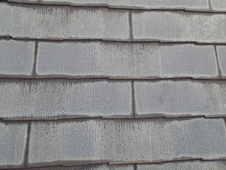 屋根材の縁だけ変色
