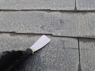 屋根材の重なり部分に適切な隙間がない状態