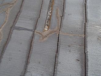 スレート屋根のヒビ割れ、補修跡