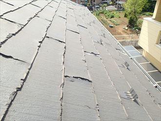 端が劣化したスレート屋根材