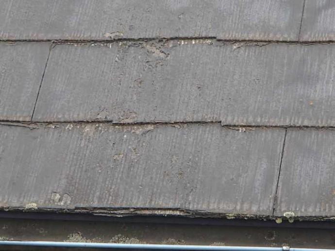 スレート屋根、前回塗装の剥がれ