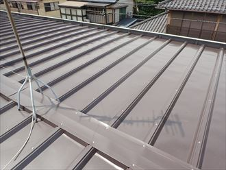 習志野市で縦葺き屋根の雨漏り修理、改修用屋根材カバールーフで屋根カバー工事