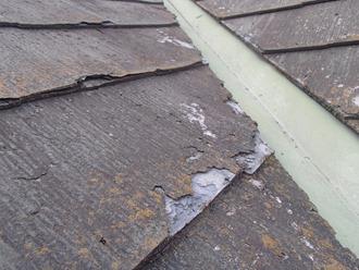 パミール屋根の剝離、下地剥き出し