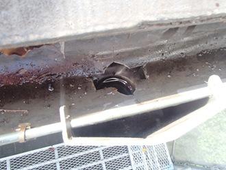 雨樋の清掃、落ち葉除けネット取り付け前