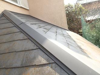 苔のついたスレート屋根の下屋