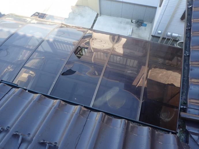 穴の開いたカーポートの屋根