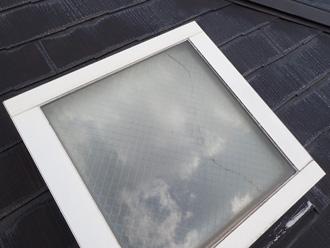 飛散物により割れた天窓