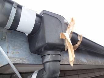 応急処置された雨樋