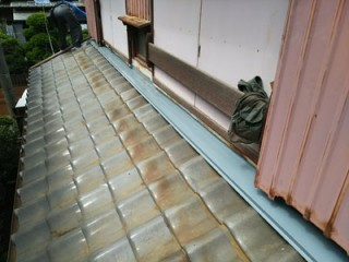 四街道市緑ヶ丘で瓦屋根と外壁の取り合いに水切り板金を設けて雨漏り解消アフター