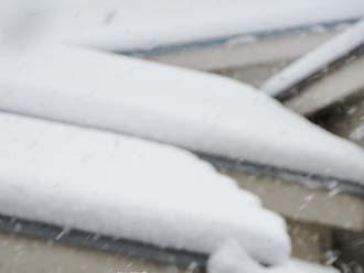 屋根に降り積もる雪