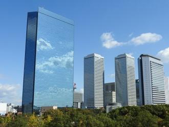 薄さを感じる高層ビル