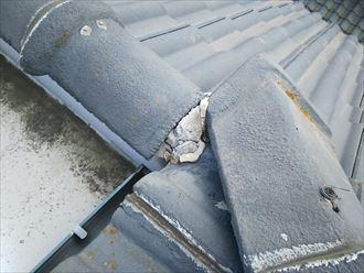 柏市今谷上町で行った雨漏り調査で瓦屋根の棟と棟の取合い部分の漆喰の傷みを発見