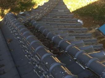 コーキングで埋め尽くされた瓦の隙間