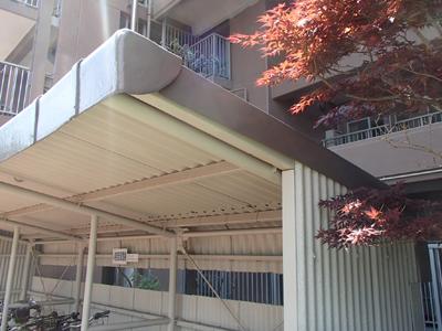 千葉市稲毛区小中台町で割れてしまった駐輪場の屋根の大波スレートを交換アフター