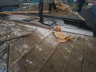 屋根葺き替え工事の既存屋根材解体・撤去の様子