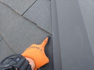 松戸市大橋で行ったコロニアル屋根調査で屋根材にひび割れを発見