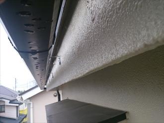 底に水滴が付いている雨樋