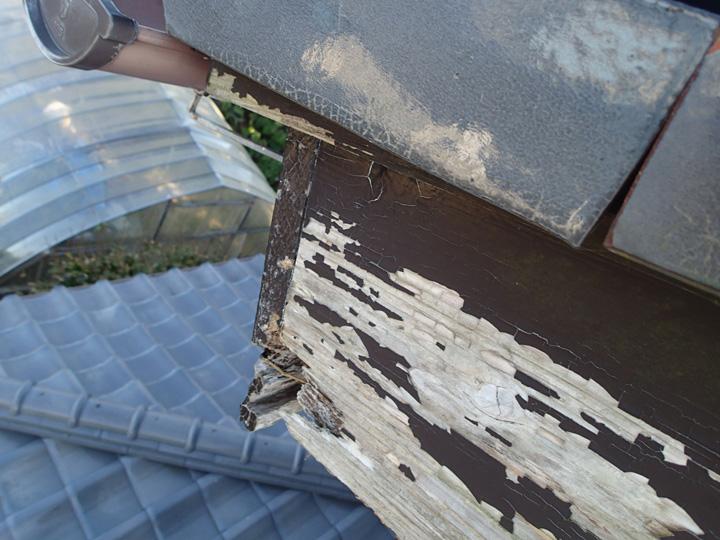 館山市館山にて塗膜が剥がれ劣化した破風板を板金巻きで補修しました