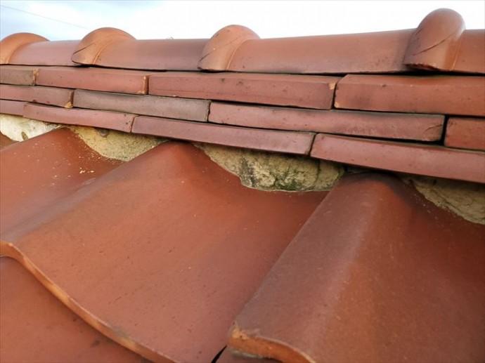 瓦屋根の漆喰が剥がれて葺き土が露出しています
