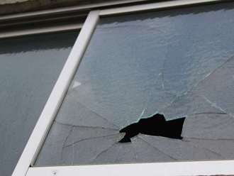 飛来物で割れた窓