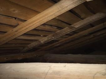 天井裏の木材の変色