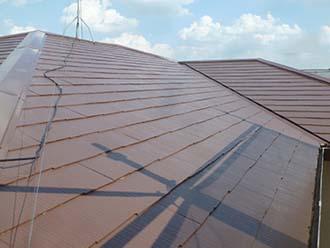 谷板金のあるスレート屋根