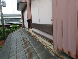 四街道市緑ヶ丘で瓦屋根と外壁の取り合いに水切り板金を設けて雨漏り解消ビフォー
