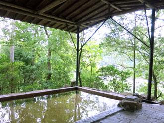 温泉への日差しを遮る屋根
