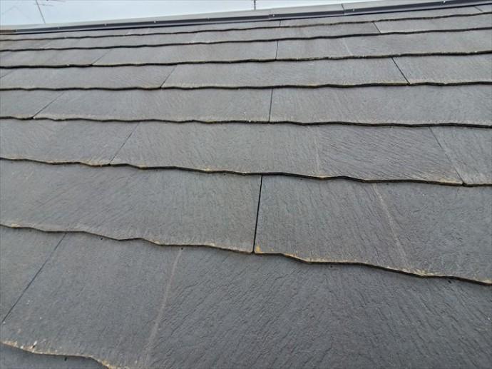 野田市岡田で行った屋根調査で屋根材にひび割れが発生しています