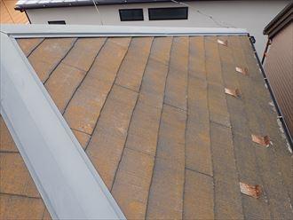 市川市大洲で行った化粧スレート屋根調査で雪止めに錆が発生しています