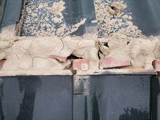 棟の葺き土が崩れ防水紙が露出