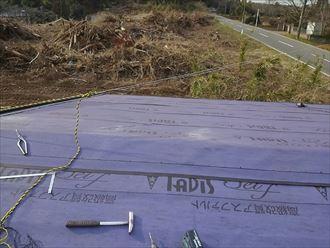 屋根の下の防水紙
