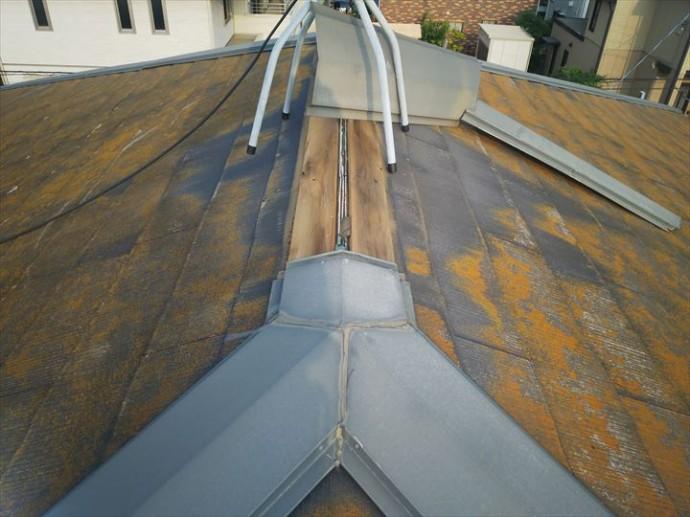 市川市真間で行った化粧スレート屋根調査で棟板金が替えの影響により捲れてしまいました